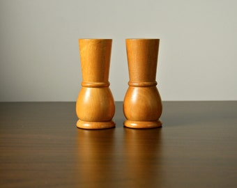 Wooden salt and pepper shakers set. Mid century modern cruet. Retro dining table accessory.