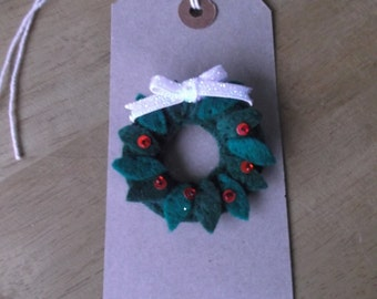 Felt Christmas wreath brooch with red detail