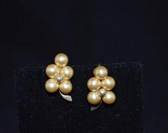 Grape cluster pearl earrings / screw back earrings / pearl earrings / pearl and gold earrings / pearl screw back / unpierced earrings