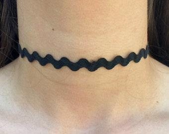 Plain Wavy Black Choker