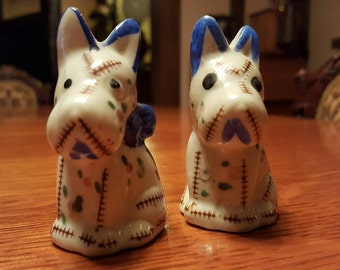 Vintage salt and pepper shakers. Adorable dogs - Free Shipping