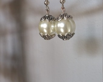 "Earrings ""pearls""."