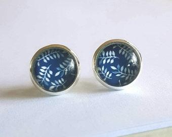 Glass cabochon stud earrings.