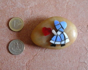 Paperweight micro mosaic Sunbonnet Sue with heart on pebble stone - Fermacarte sasso con micro mosaico Christmas Gift Mikro Mosaik mosaique
