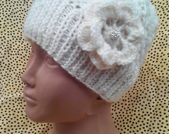 Children's knitted hat with flower