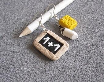 Boucles d'oreilles thème école, boucles rentrée , idée cadeau maîtresse d'école:  ardoise, craie blanche et éponge jaune en pâte polymère