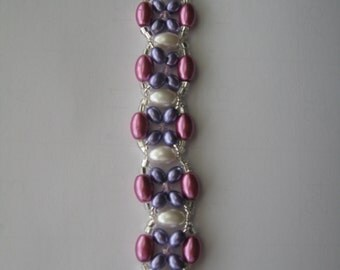 Beaded bracelet in purple and violet glass pearls