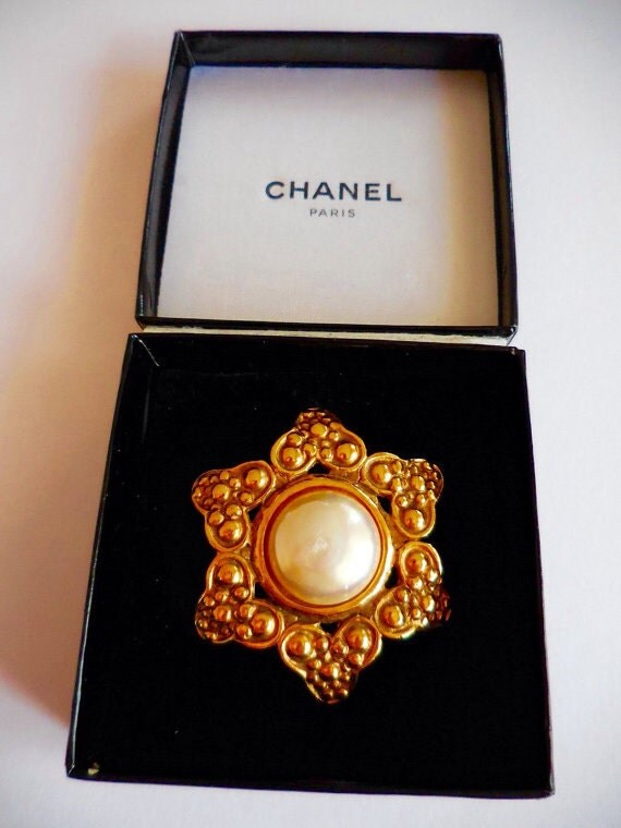 Vintage Chanel flower shape brooch with a large baroque pearl