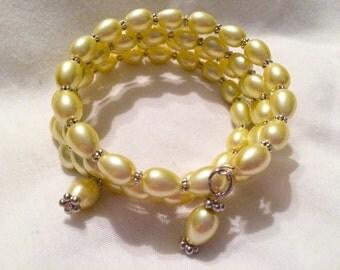 Pastel green pearl wire bracelet