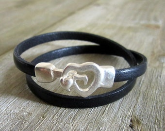 Leather strap black, 2 rounds of wrist, plate silver small heart clasp