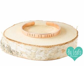 Slagletter armband - Gestempelde armband - Armband met tekst Joie de Vivre - Gepersonaliseerde armband - Cuff armband - Rose kleur