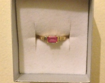 Lovely 9 ct yellow gold ring diamonds and pink saphire