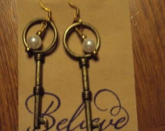 Key with pearl dangle earrings.
