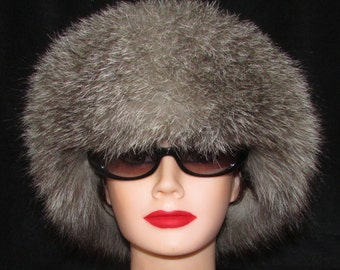 Superbe chapeau de fourrure de  renard indigo  dessus cuir noir/Superbe  indigo fox  fur hat with black leather top.