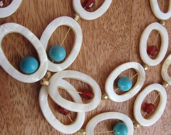 Playful good-mood necklace in mother of pearl, rust and turquoise with gold