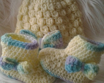 Hat and booties with crochet bow