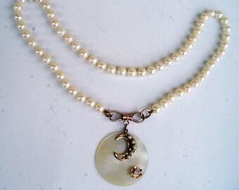 girocollo di perle di mare con centrale in madreperla,oro,piccolo opale