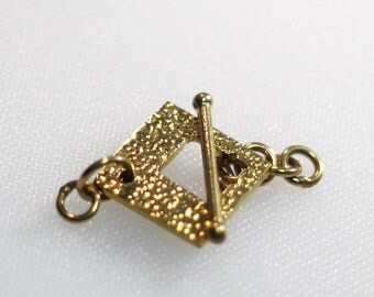 Textured brass toggle clasp