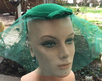 Ladies Vintage Emerald Green Velvet Hat with Bow and Netted Veil