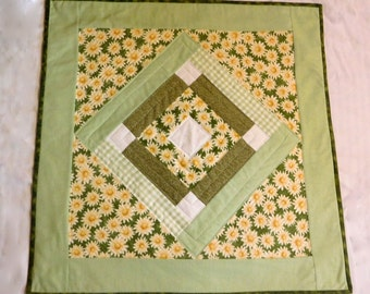 Quilted Table Topper, Spring Daisy Table Topper, Quilty Handmade