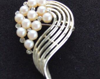 Pretty Vintage Faux Pearl, Rhinestone, Gold tone Brooch (Y5)