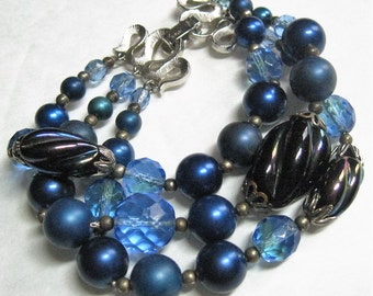 50s Vintage Bracelet Crown Trifari Signed, Triple Strand Blues & Purple Art Glass Beads On Chain, Faceted + Opaque + Iridescent, Pre 1955