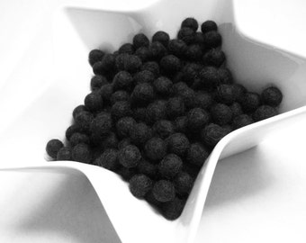 1cm felt balls - 25 black pure wool beads  (W100E)
