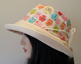 Sunblocker - Big brim sun hat with in cheerful owl print with adjustable fit