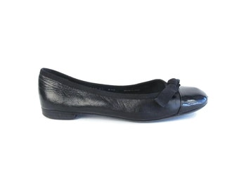 90s Black Leather Ballet Flats Slip On Leather Flats Minimal Black Leather Flats Almond Cap Toe Flats Patent Leather Bow Shoes Size 8 E569