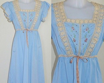 Vintage 1970s Blue Nightgown, Vintage Nightgown, Short Nightgown, Blue and Cream Lace Nightgown, Nightgown, Cottage Chic Nightgown