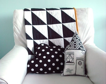 Black and white triangle baby quilt, Unisex, Scandinavian, home and living, baby bedding, whole cloth quilt