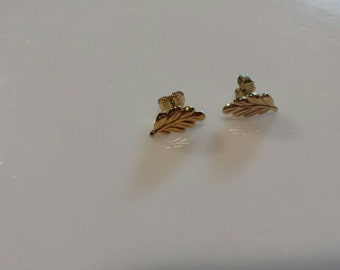 Avon Gold  Tone Leaf Pierced earrings Mint Condition  1983