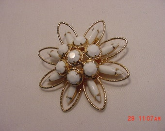 Vintage White Glass Brooch   16 - 361