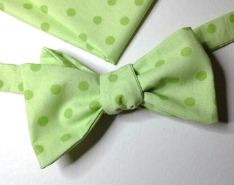 Bowtie and pocket square in green polka dot fabric - self tie bow tie - adjustable - self tie bow ties by Bagzetoile - ships worldwide