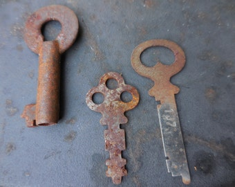 Vintage 1950s to 1970s (3) Three Rusty Keys For Repurposing Reuse Recycle Two Flat One Round Skeleton Key