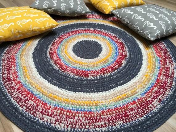 Beautiful hand crochet area rug, 44'' in diameter