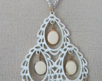 Vintage jewelery set in white enamel