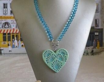 Collier plastron gros pendentif coeur en céramique avec perles de verre