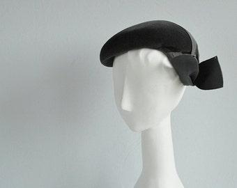 Vintage 1940s Hat / 40s Grey Wool Felt Novelty Beret with Wide Grosgrain Ribbon / Made in France