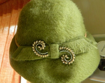 Vintage ladies Green fuzzy hat with brooch,small