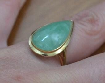 Gorgeous vintage retro 14k gold nephrite jade / green jade ring / green jade teardrop ring / ZZPJKY