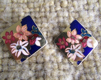 Asian inspired vintage 80's enameled GC PIERCED EARRINGS gold tone lilies lily flowers Jd2-142