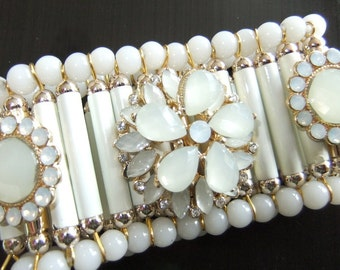 Bracelet in white and gold with flowers Strecharmband Bangle