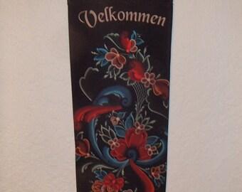 Scandinavian Norwegian Rosemaling Velkommen til vart Hjem Wall Hanging #DCAL446