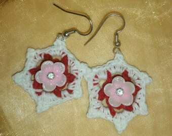 Crocheted dangle earrings with pink flowers