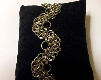 Helm maille with a twist - Chainmaille bracelet