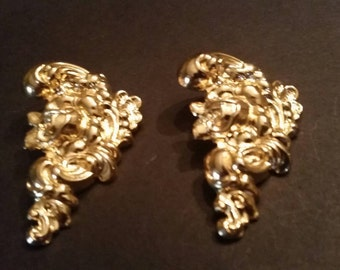 Vintage Gold Flower Lightweight Earrings Costume Jewelry