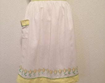 1950s Vintage Apron in Color White w/ Yellow Rose Print w/Green Embroidery 1960s Retro Apron w/Spring Floral Print in One Size Fits All