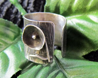 Silver ring with the flower