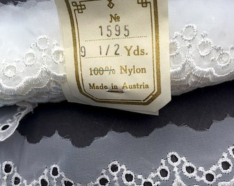 9.5yds  MADE IN AUSTRIA Delicate Pretty White Trim 3cm wide